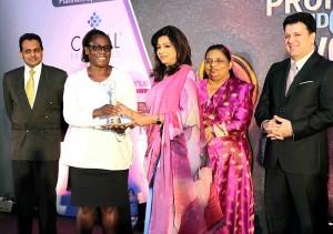 Dr.-Idah-Z.-Pswarayi-Riddihough,-World-Bank-Country-Director-for-Sri-Lanka-and-the-Maldives-handing-over-an-award