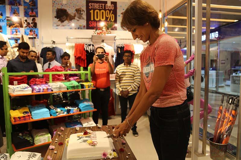 Embark-New-Store---Otara-cutting-the-cake