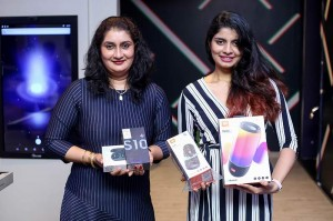 Image-of-2-customers-who-purchased-the-Samsung-Galaxy-S10+