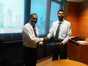 Picture shows Jude Fernando Deputy General Manager, SME & Midmarket, HNB exchanging the MOU with Roshan Ranasinghe, Founder/Managing Director, Tribefund.
