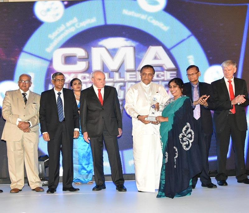 Chief Guest Hon, Speaker of Parliament Karu Jayasuriya handing over the award to Anusha Gallage, Chief Financial Officer of HNB.