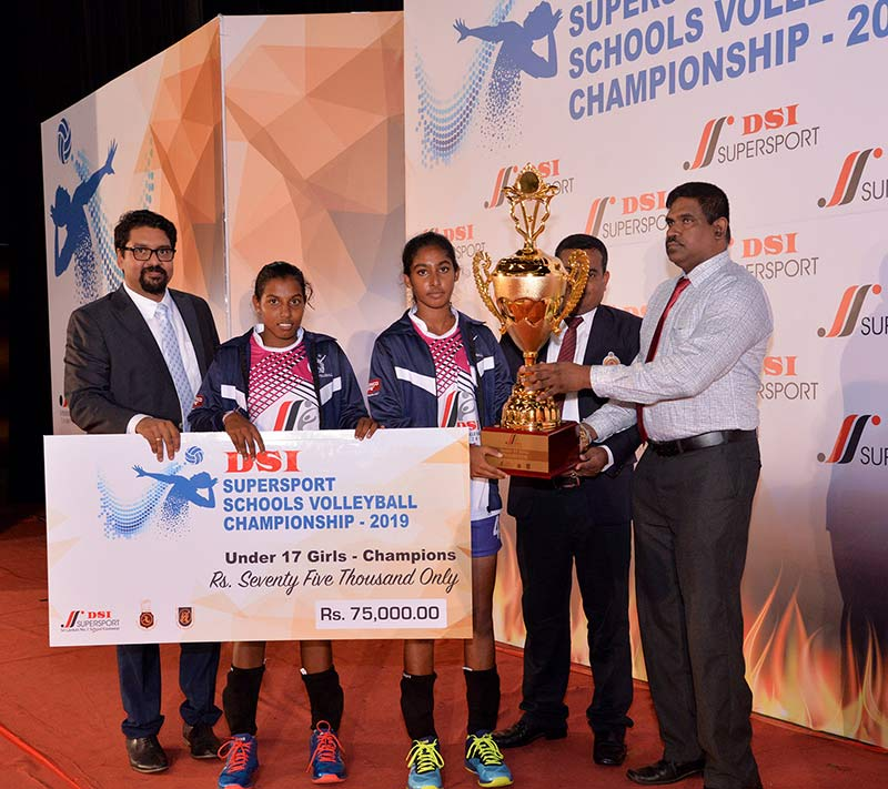 Under-17-Girls-Champions-receiving-the-award--Hungama-Vijabha-National-S...(1)