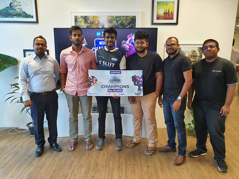 Winner of Samsung Mobile League (Mobile Legends) receiving their award from Shantha Fernando - General Manager Mobile and Thushara Rathnaweera - Chief Manager Product Management, Samsung Sri Lanka.