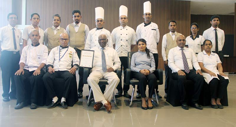 Nawaloka Hospitals Chairman Dr. Jayantha Dharmadasa, Nawaloka Hospitals Director Ms. Ashani Givanthi Dharmadasa and Chef Deshabandu Dr. Mario Alan Gerreyn with the Nawaloka Food & beverage team