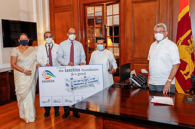 Sunshine Holdings Group Managing Director Vish Govindasamy, handing over the donation to President Gotabaya Rajapaksha. Minister of Health Pavithra Wanniarachchi, Sunshine Healthcare's Medical Devices Chief Executive Officer T. Sayandhan and Former Cabinet Minister Nimal Siripala De Silva are also present in the picture.