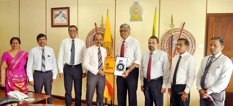 Sujeewa Rajapakse - Chairman of People's Bank exchanging the MOU with Senior Professor Sampath Amaratunge - Chiarman of University Grants Commission (UGC)