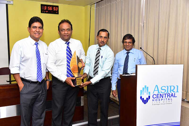 (L-R) Dr. R. Senatilleke, Medical Director & Mr. N. Rathnayake, Director Operations, Asiri Central Hospital, receiving a token of appreciation from Mr. P. Senthilnanthanan Secretary, Ministry of Health, Indigenous Medicine and Probation and Childcare Services and Dr. A. Ketheeswaran, Provincial Director of Health Services, Provincial Department of Health Services (Northern).