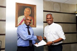 Mr. S. R. Gnanam, Managing Director of Tokyo Cement Company (Lanka) PLC. with Mr. Kushil Gunasekera, Founder/Chief Trustee of the Foundation of Goodness, extending partnership for the Cricket Coaching Camps.