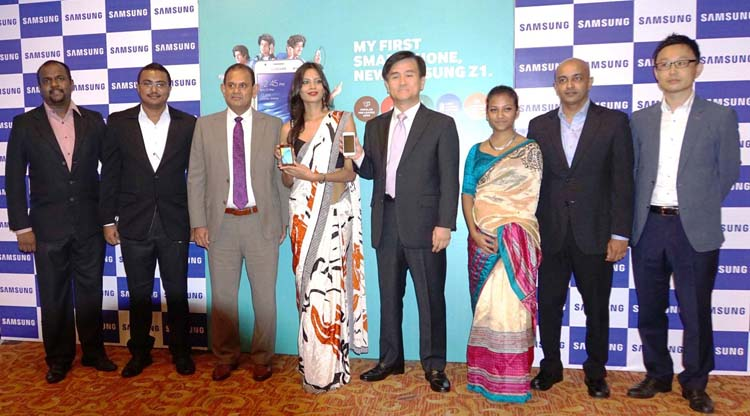 Ranjan Perera , Managing Director, Softlogic Mobile Distribution, Youngmin Shin, Managing Director Samsung Sri Lanka and the Samsung Sri Lanka team
