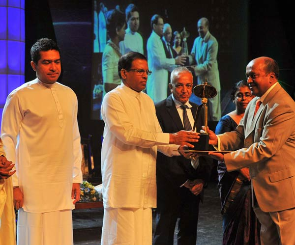 Managing-Director-of-Renuka-Agri-Foods-Plc.-Dr.-Ranjit-Rajiyah,-receiving-the-award-from-H.E.-the-President,-Maithripala-Sirisena