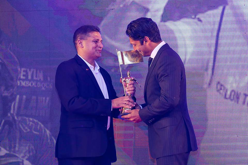 Kumar Sangakkara receiving the 'Most Popular Award' from Dilith Jayaweera- Chairman of Derana