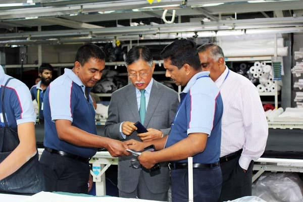 Japanese Ambassador to Sri Lanka, H.E. Kenichi Suganuma visits the Hirdaramani Knit Eheliyagoda (2)
