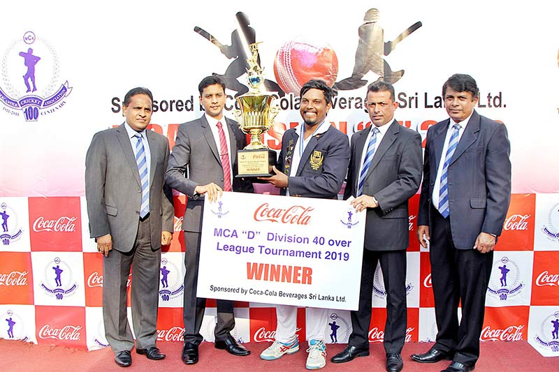 DFCC's-Captain,-Chamod-Wickramasinghe-receiving-the-award
