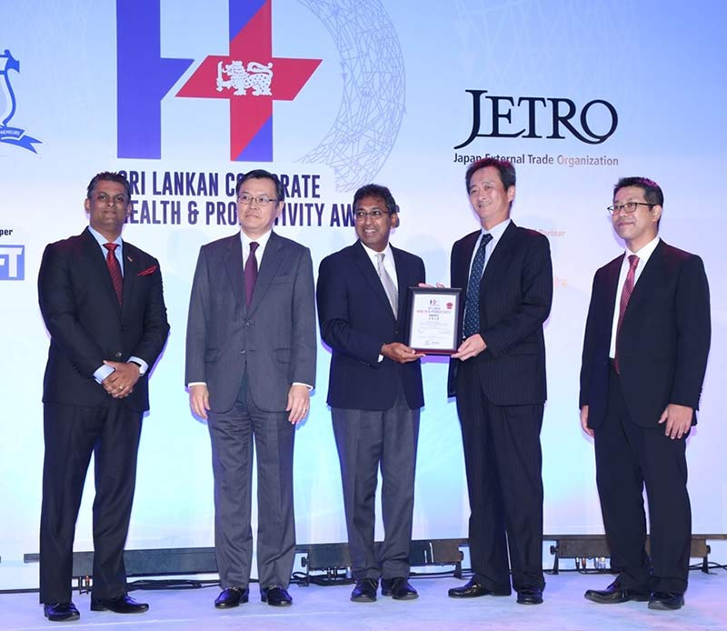 PHOTO-02—The-Noritake-Team–receives-the–Sri-Lanka-Corporate-Health-and-Productivity-Award