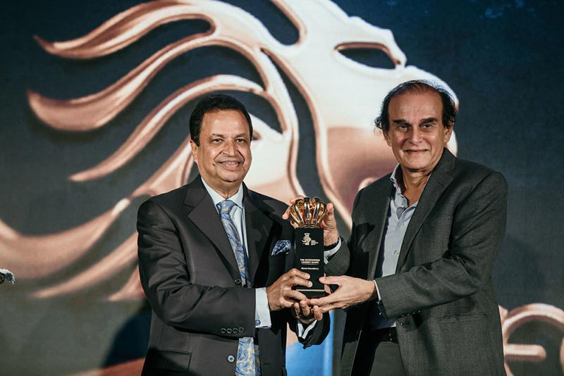 Binod-Chaudhary-receives-The-Outstanding-Leader—SAARC-at-the-CEO-Awards-2019-held-in-Mumbai