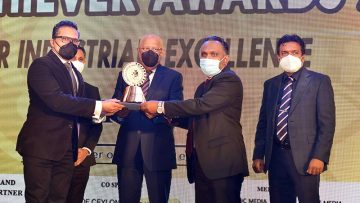 Bio-Extracts-COO-Dilantha-De-Silva-and-CFO-Haniffa-Mohamed-Fahim-receiving-Award